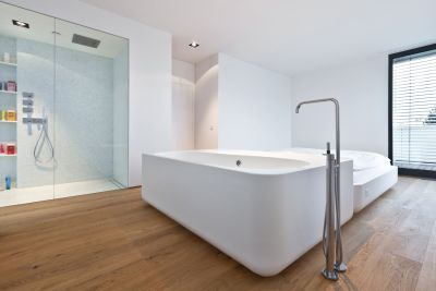 oak-flooring-in-the-bathroon